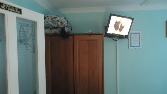 Goonearl Cottage Guest House: TV and Wardrobe