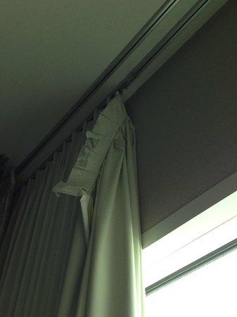 Moody Gardens Hotel Spa & Convention Center: Broken Drapes