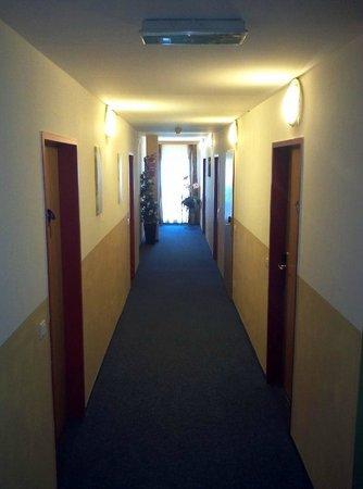 Hotel Berghof: Stockwerkskorridor - hier offenbart sich da und dort Tristesse