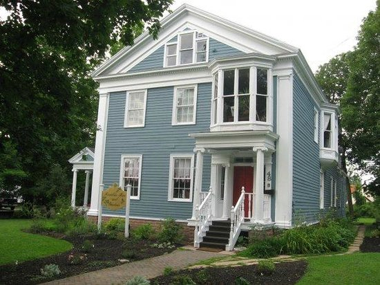Brambles Inn and Gardens: Brambles Inn at 48 Elm St. Potsdam sporting its new colors!