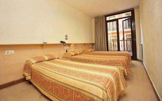 Hostal La Terrassa: Triple Room