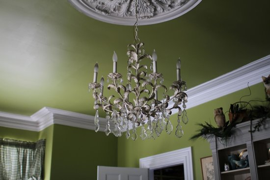 Brambles Inn and Gardens: A crystal chandelier and original plaster medallion adorn the Dining Room ceiling