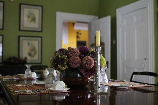 Brambles Inn and Gardens: Beautiful arrangement decorates the Dining Room table
