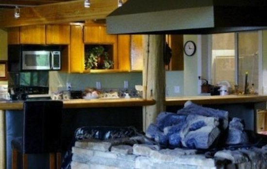 Tree Top Lodge of Idaho Bed and Breakfast: Partial Kitchen Picture
