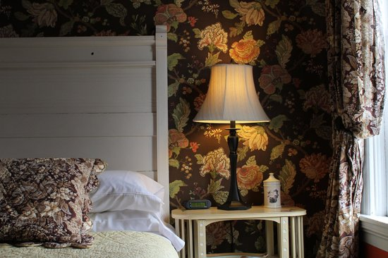 Brambles Inn and Gardens: The Garden Room bedecked with floral wallpaper