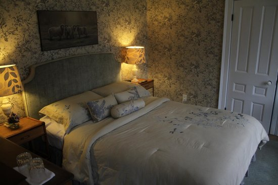 Brambles Inn and Gardens: The Toile Room is elegant and cozy, a large bay window overlooks the side yard