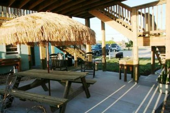 Candlelight Cottages by the Beach: Covered Patio Area