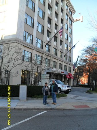 Courtyard by Marriott Washington Embassy Row: Foto tirada em frente ao Hotel.