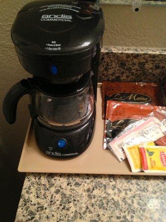 Americas Best Value Inn & Suites-Bryce Valley: coffee maker