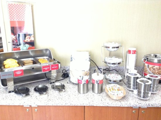 Hampton Inn San Francisco-Airport : Hot breakfast selections and oatmeal
