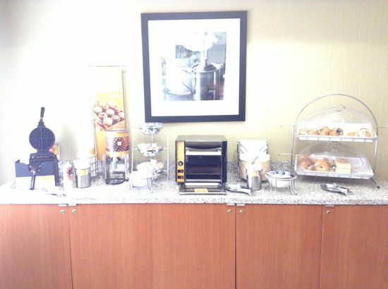 Hampton Inn San Francisco-Airport: Breakfast waffle maker, toast, pastries