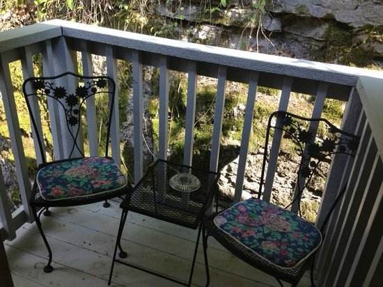 Cliff Cottage Inn - Luxury B&B Suites & Historic Cottages : cozy outdoor balcony
