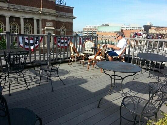 Celie's Waterfront Inn: Rooftop Patio