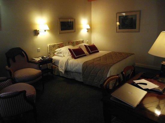 Le Relais Montmartre: Superior Room-Large by Paris Standards
