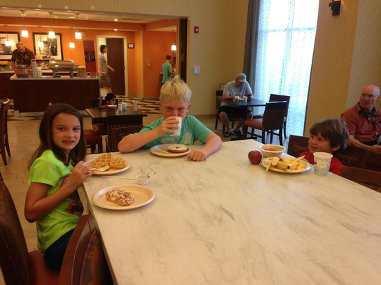 Hampton Inn & Suites Harrisburg North: big breakfast room