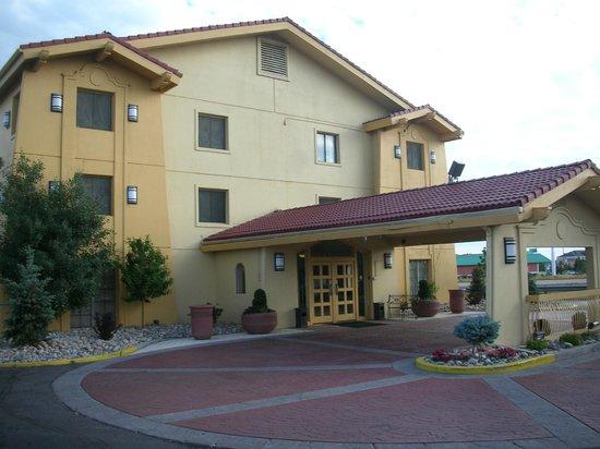 La Quinta Inn Cheyenne: Entrance and porte-cochère at La Quinta Inn, Cheyenne, WY