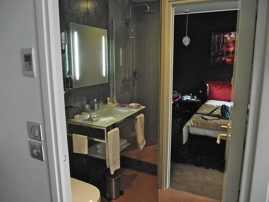 BEST WESTERN Anjou Lafayette Opera: Odd shaped bathroom, walk around wall to reach shower
