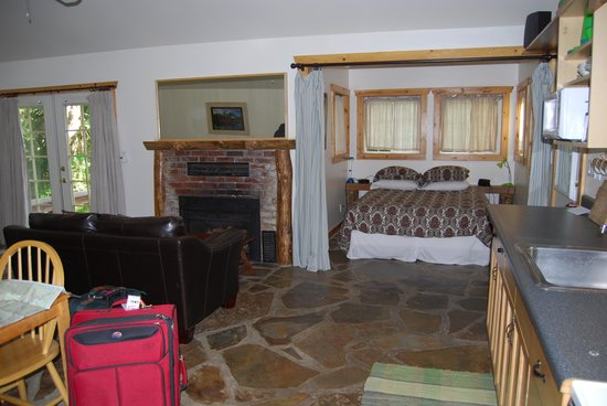 Whittaker's Motel and Historic Bunkhouse: Inside looking towards fireplace and queen bed