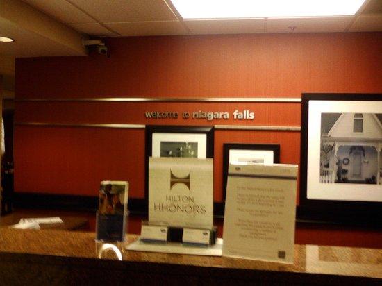 Hampton Inn Niagara Falls: Front desk
