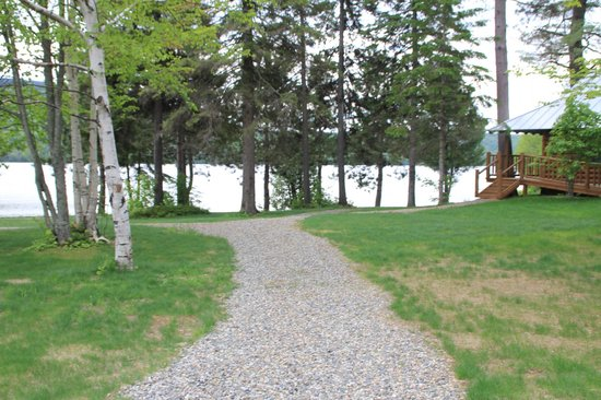 Lake Parlin Lodge & Cabins : Path to the pond
