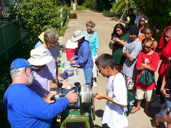 Maui Nui Botanical Gardens: Volunteers take the time to make some refreshing sugar cane juice straight from the garden.