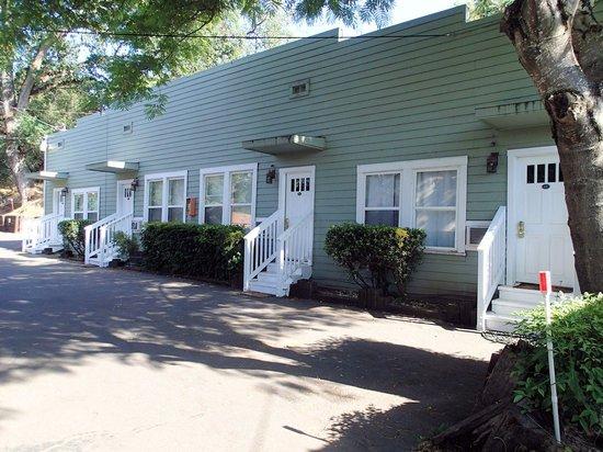 อเมริกาเบสท์แวยูอินน์แอนด์สูทรอยัลคาริจ: One set of attached cottages