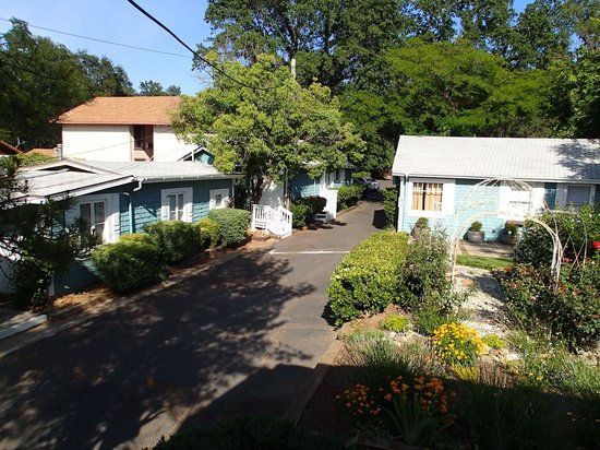 Americas Best Value Inn & Suites - Royal Carriage: View from hotel's back porch of more cottages