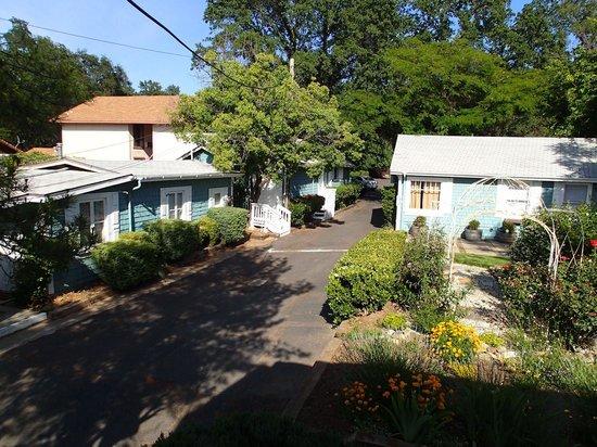 อเมริกาเบสท์แวยูอินน์แอนด์สูทรอยัลคาริจ: View from hotel's back porch of more cottages