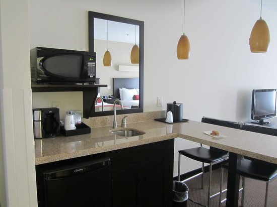 Berlin Grande Hotel: Kitchen area with breakfast bar