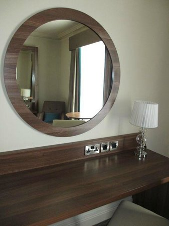 Portmarnock Hotel and Golf Links: Nice counter with outlets and mirror