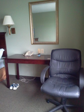 Super 8 Rainsville: Table beside bed