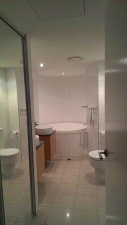 Rumba Beach Resort: ensuite bathroom with spa