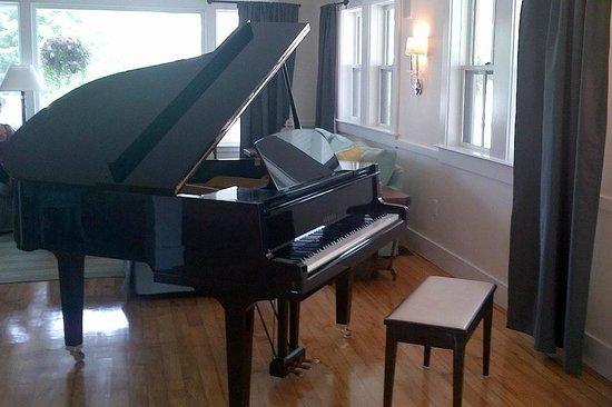 The Colonial Inn : Piano in lobby