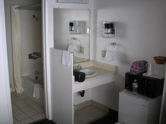 Rodeway Inn dba Wildwood Inn: Sink/Refrigerator