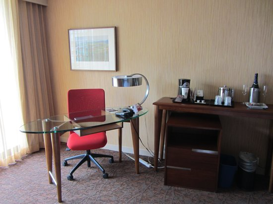 Sheraton Vancouver Airport Hotel: Work desk