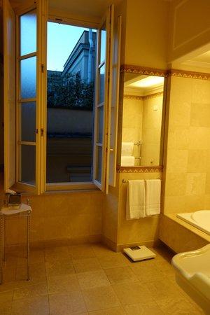 Il Palazzetto: Room 1 bathroom window
