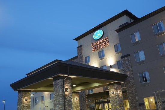 Comfort Suites Saskatoon: Exterior at twilight