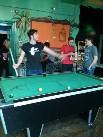 Caledonian Backpackers: Playin' pool