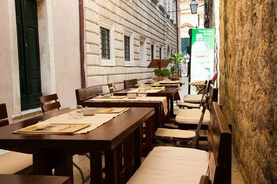 Pizzeria & Spaghetteria Storia : outdoor tables