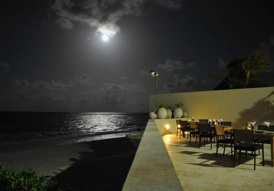 The Westin Resort & Spa Cancun: The wonderful dinner area with a beautiful moon