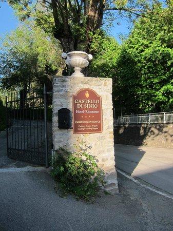 Hotel Castello di Sinio: Front Gate