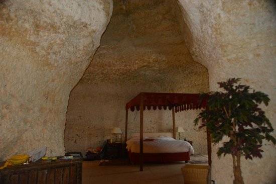 Chateau de Chissay: View of cave room with high ceilings