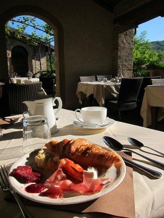 Hotel Castello di Sinio: Terrace for breakfast