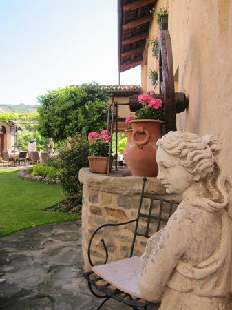 Hotel Castello di Sinio: Corner of the garden