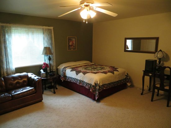 Rivercrest Manor: Our huge room, with a beautiful quilt