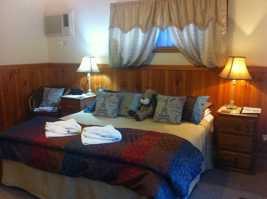 Kiama Bed & Breakfast: King bed Jerrara Cottage suite
