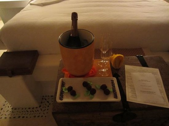 Las Ventanas al Paraiso, A Rosewood Resort: A lovely bottle of champers with truffles....to die for