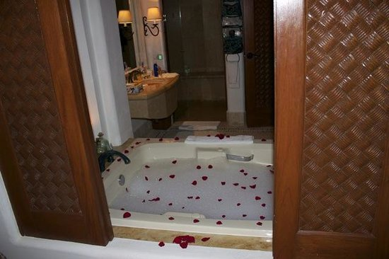 Las Ventanas al Paraiso, A Rosewood Resort: Our amazing bathroom and surprise rose tub