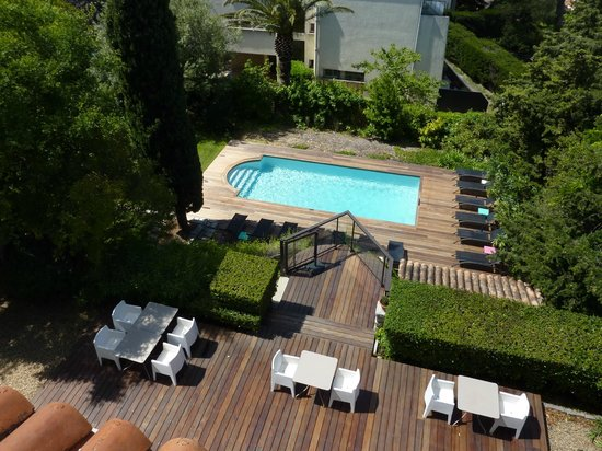 L'Avila Cassis: View of pool from balcony