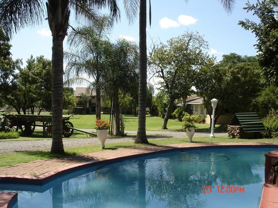 Stop 'n Stay Lodge: View from swimming pool of the open lawn areas